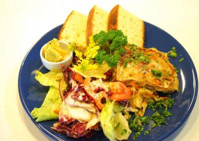 Lasagne hjemmelaget med salat, brød og kryddersmør